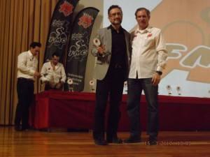 presidente-recogiendo-el-trofeo-del-club_n